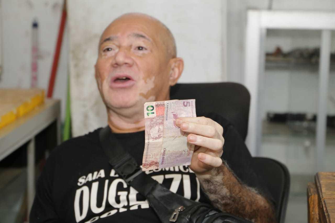 Comerciante afirma ter apenas R$ 15 no bolso e sem nenhuma outra reserva (Foto: Kisie Ainoã)