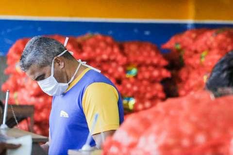Ceasa se adapta à pandemia com máscara, menos clientes e preços elevados
