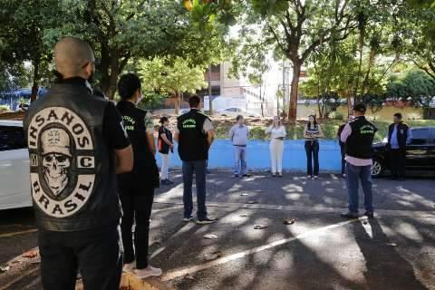 """Voluntários """"anti aglomerações"""" reforçam campanha de vacinação contra a gripe"""