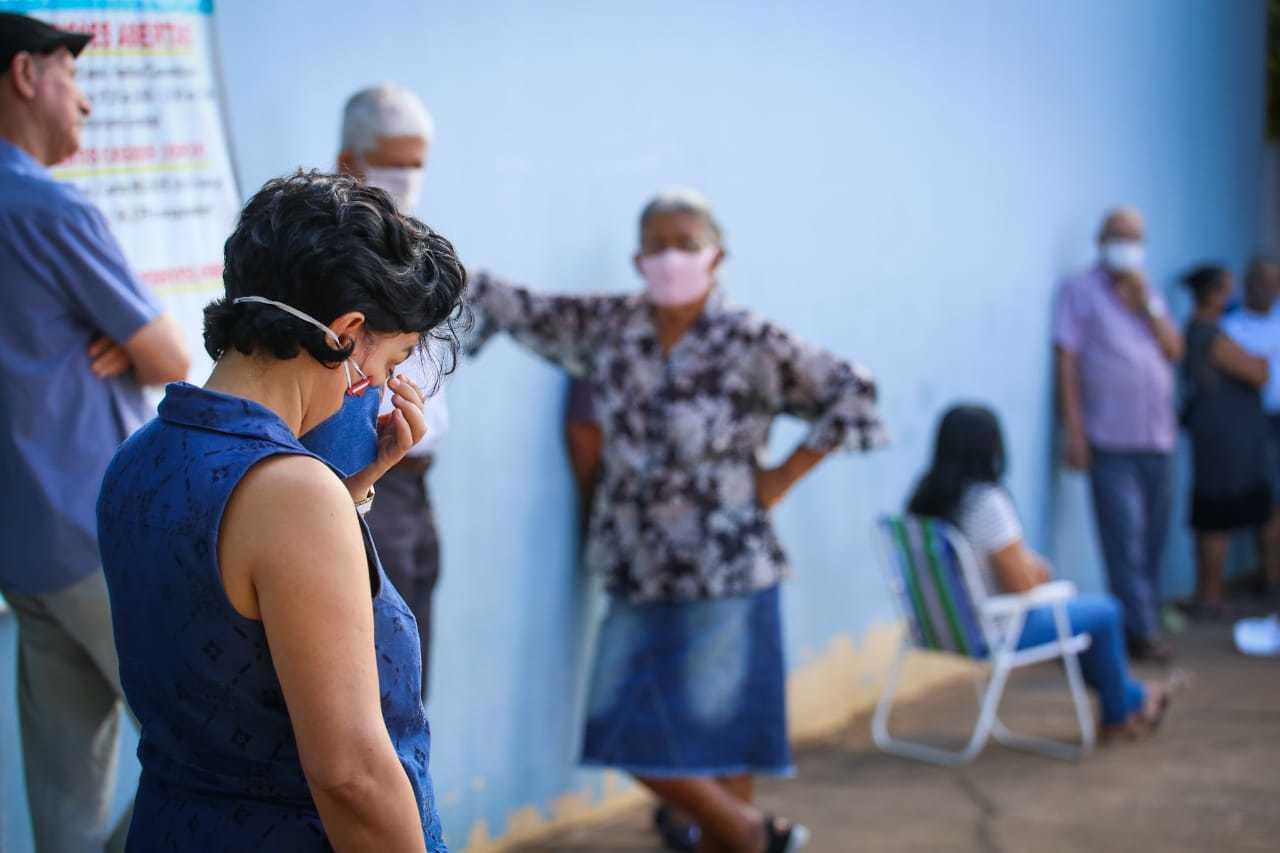 Com risco de contágio alto, pessoas que procuram unidade de saúde, já vão com máscaras. (Foto: Marcos Maluf)
