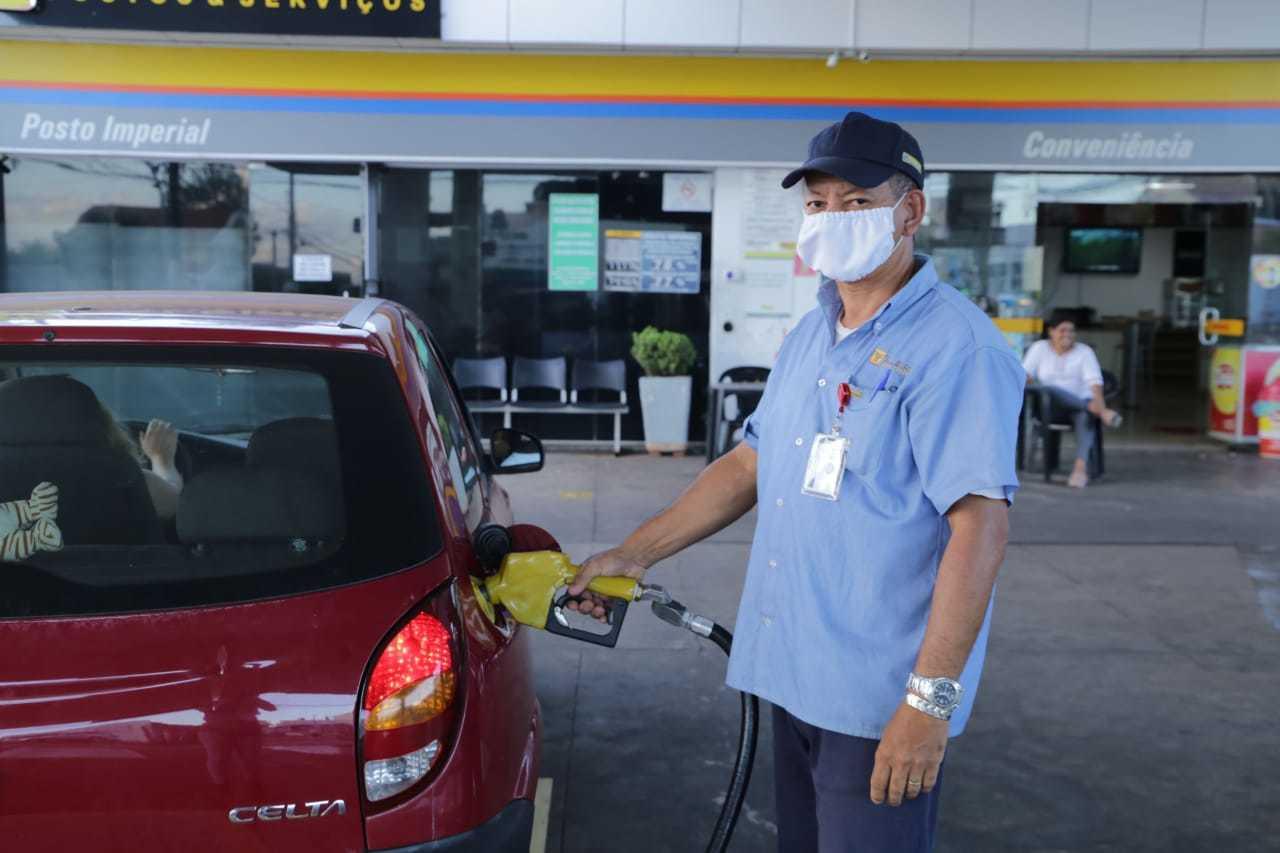 Frentistas trabalham com máscaras para evitar contaminação (Kisie Ainõa)