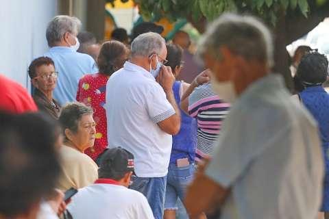 Em filas enormes, idosos reclamam do 2º dia com vacinas limitadas nos postos