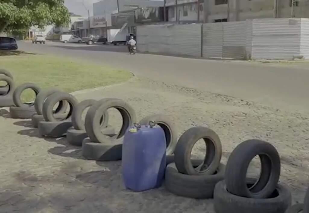 Pneus usados para bloquear acesso entre Pedro Juan Caballero e Ponta Porã (Foto: Reprodução)