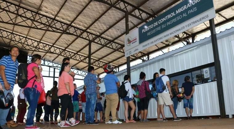 Cidadãos paraguaios fazem fila em posto de migração na fronteira (Foto: Última Hora)