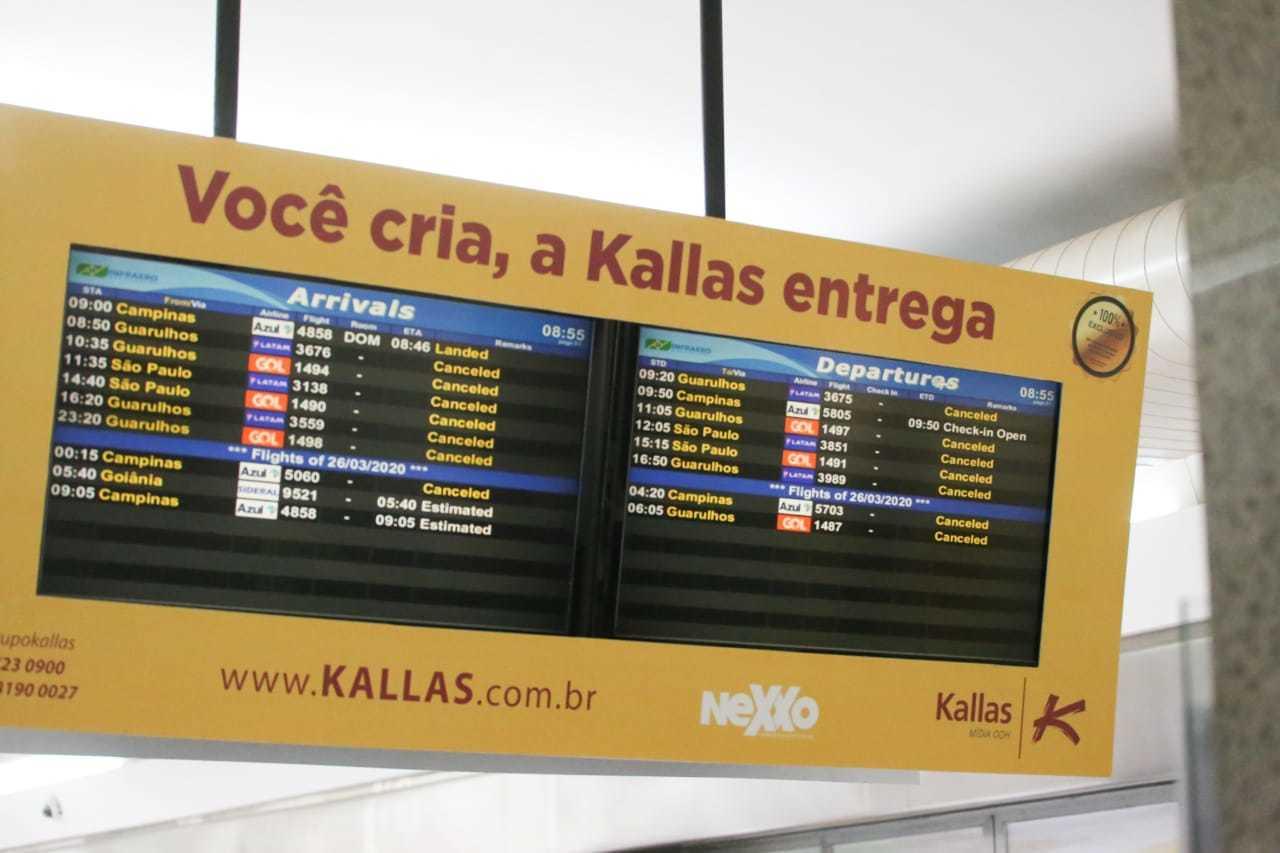 Painel do Aeroporto de Campo Grande mostrava pelo menos 14 voos nesta quarta-feira pela manhã. (Foto: Marcos Maluf)