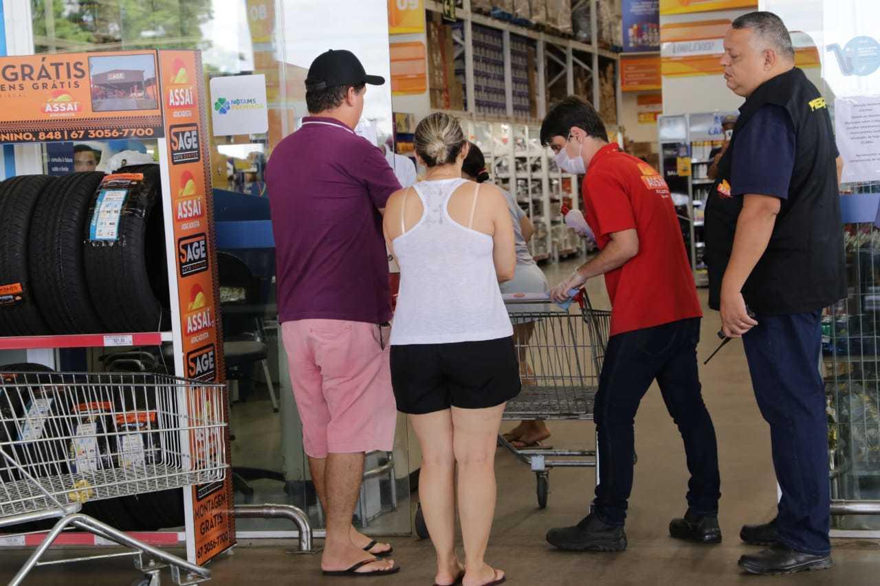 Oportunidade na crise: Supermercados seguem abertos e precisaram aumentar segurança privada em 20%. (Foto: Kisie Ainoã)