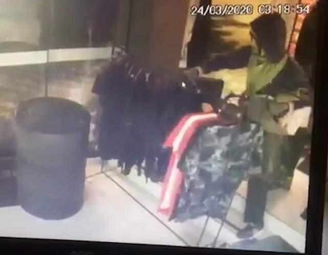 Câmera de segurança flagrou ação dos criminosos na loja. (Foto: Reprodução/Vídeo/Tá na Mídia Naviraí)