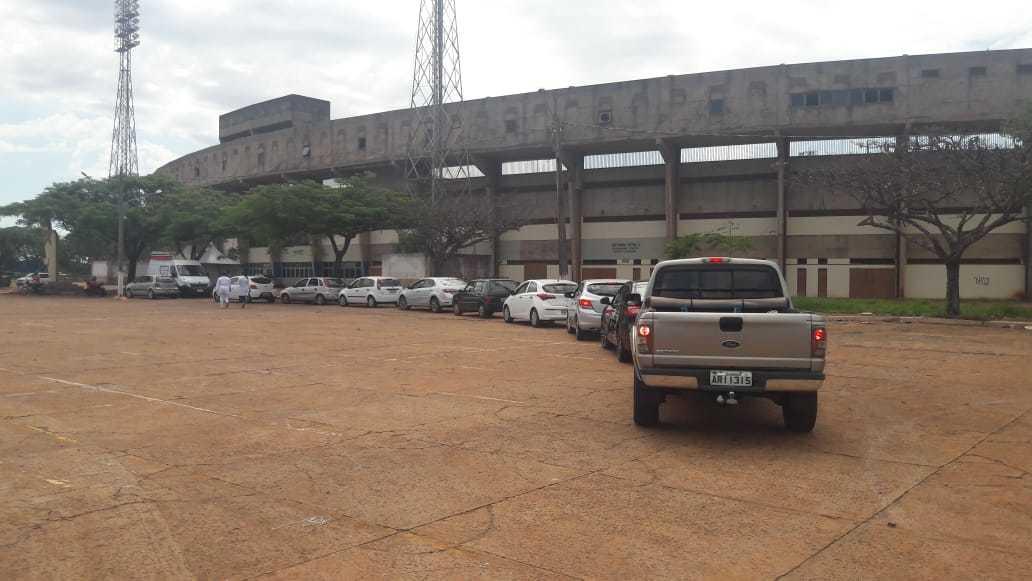 """Fila de carros no estacionamento do estádio Douradão, onde funciona """"drive thru"""" de vacinação (Foto: Divulgação)"""