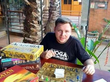 Rafael ensina como improvisar jogos em casa e se divertir com a família