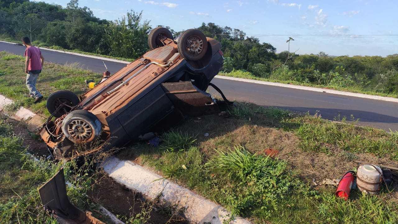 Fiat Uno capotou e parou às margens da rodovia. (Foto: Jornal da Nova)