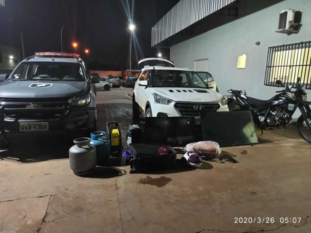 Carro e objetos roubados das vítimas foram recuperados. (Foto: Divulgação/Batalhão de Choque)