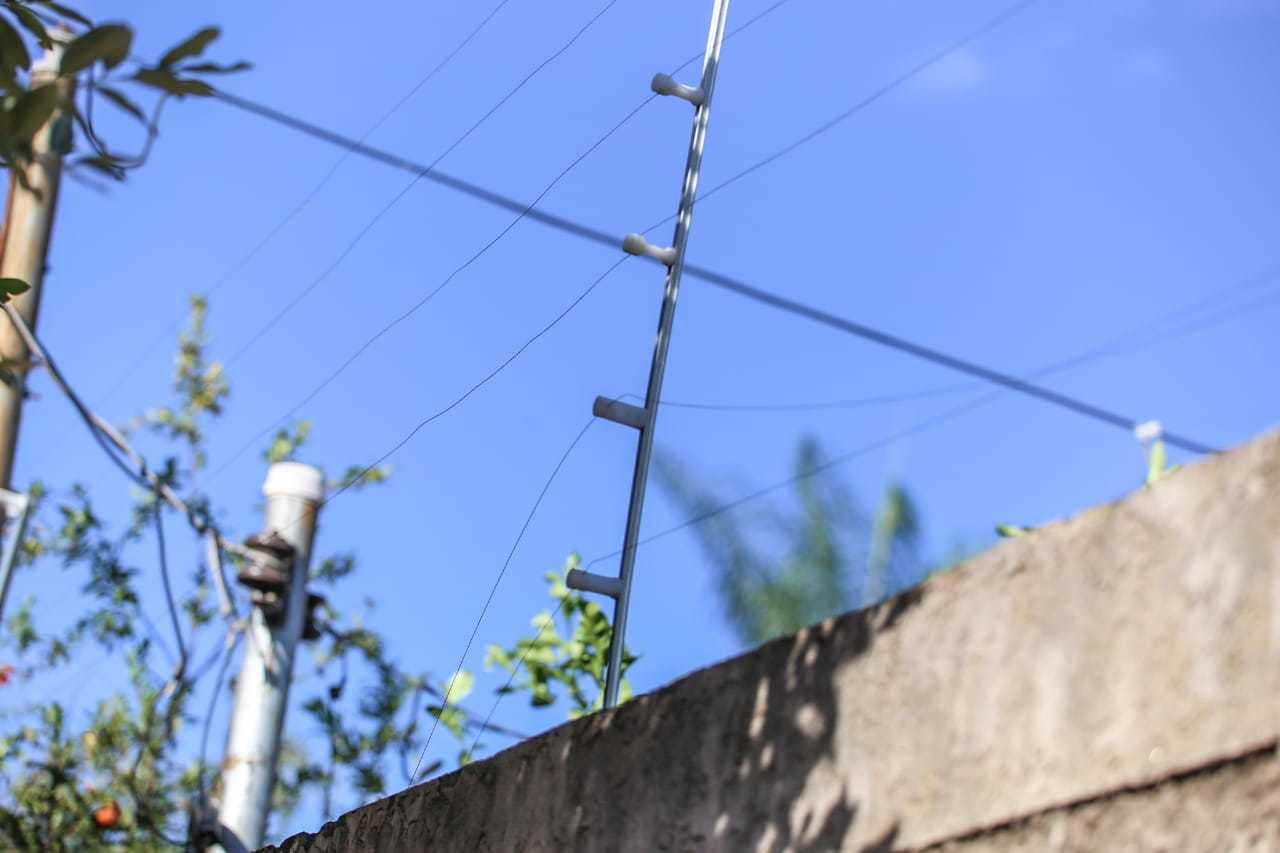 Cerca elétrica da residência foi arrebentada pelos bandidos. (Foto: Marcos Maluf)