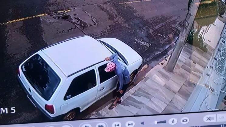 Reprodução de vídeo em que a dupla foi flagrada tentando invadir residência. (Foto: Divulgação/Choque)