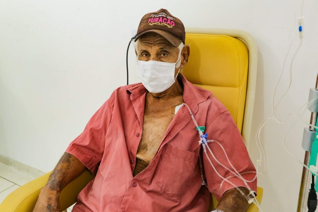 Pedro não teme o coronavírus, mas não toma medidas para afastá-lo (Foto: Kisie Ainoã)
