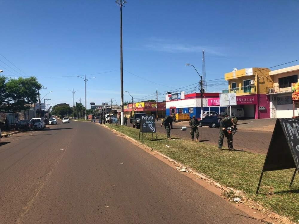 Soldados paraguaios fazem cerca com arame farpado para separar Pedro Juan Caballero de Ponta Porã (Foto: Luiz Carlos Gonzalez/Repórter MS)