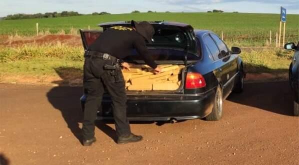 Droga estava sendo transportada no porta-malas do veículo. (Foto: Divulgação/DOF)