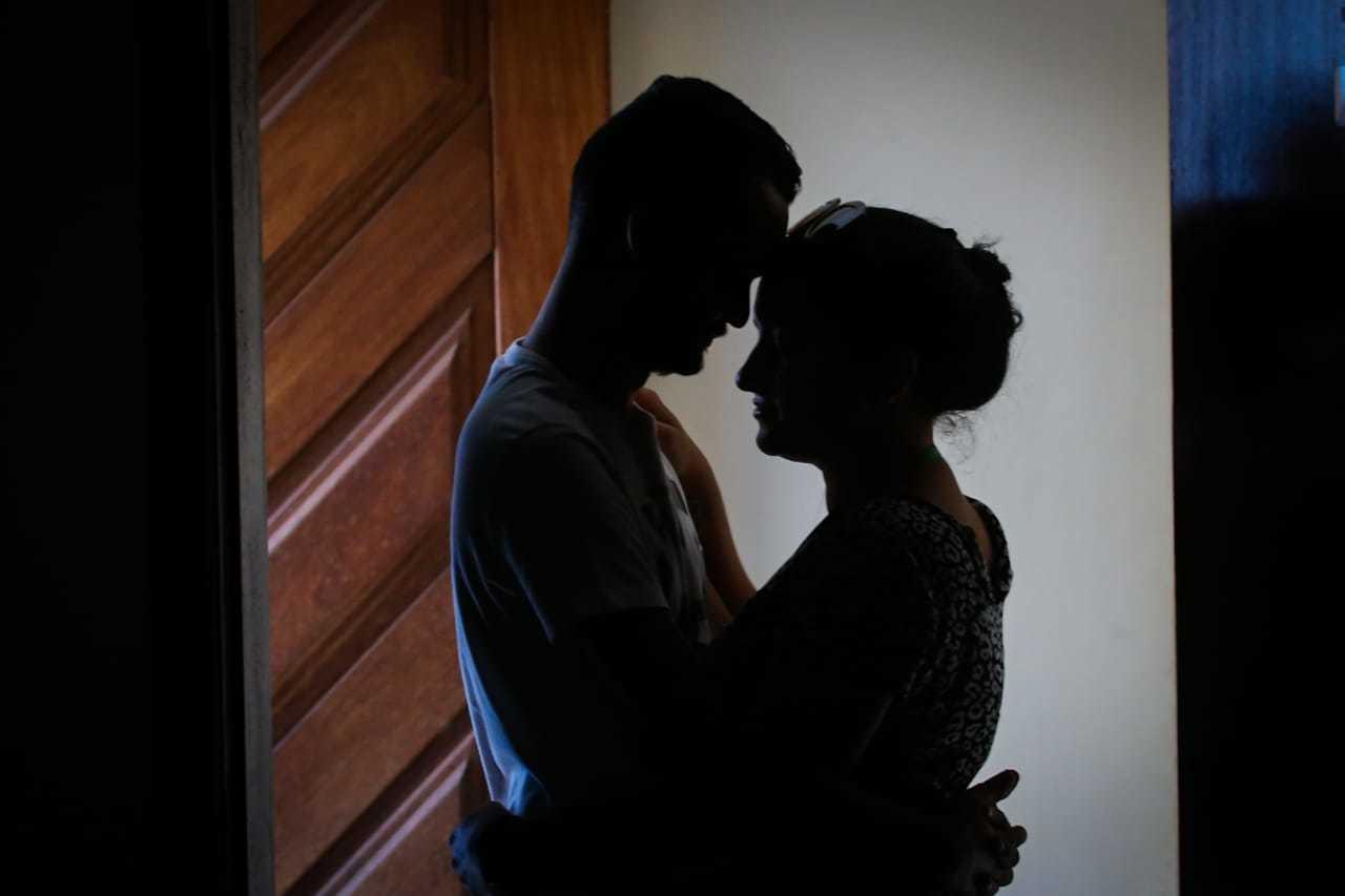 Por conta do Coronavírus, os casais precisam evitar o contato direto. (Foto: Marcos Maluf)