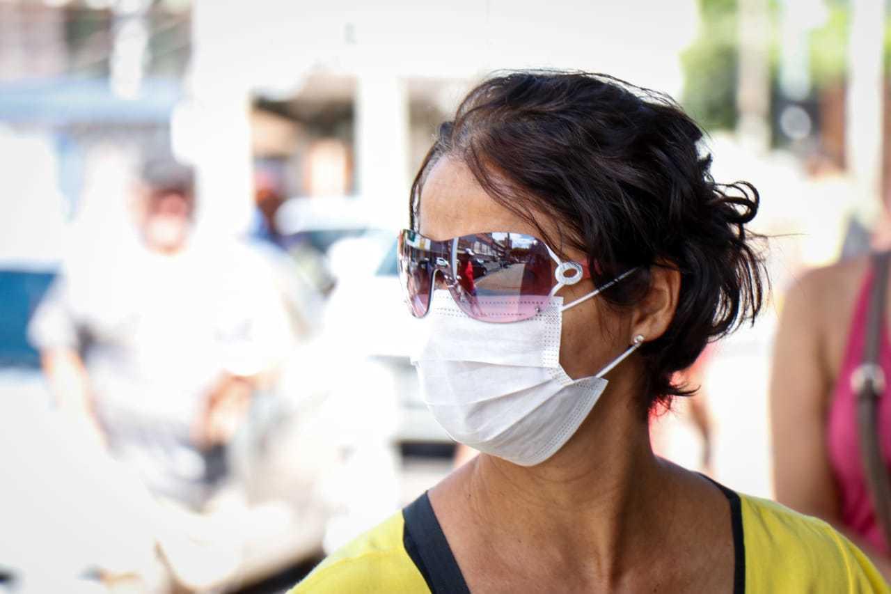Se protegendo com máscara, Cleonice foi até o local para regularizar contas. (Foto: Henrique Kawaminami)