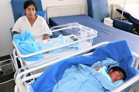 Mãe esperava menina, mas teve gêmeos em parto raro e especial
