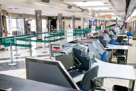 No aeroporto, cenário é deserto e barreira sanitária ainda não existe