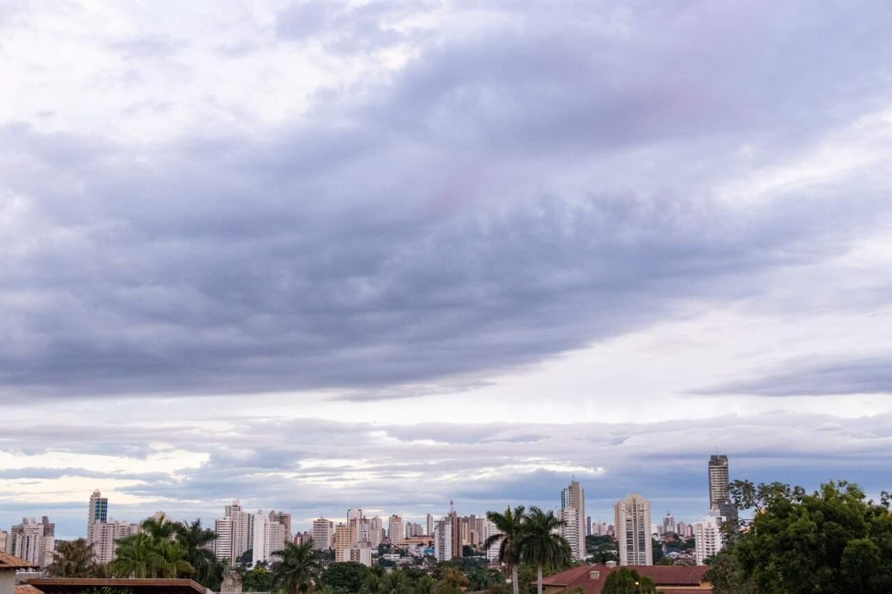 Capital amanheceu com céu carregado de nuvens neste sábado (28); há previsão de chuva. (Foto: Henrique Kawaminami)