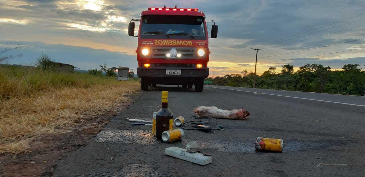 Garrafa de bebida e latas de cervejas estavam dentro do carro. (Foto: Vinícius Santana)