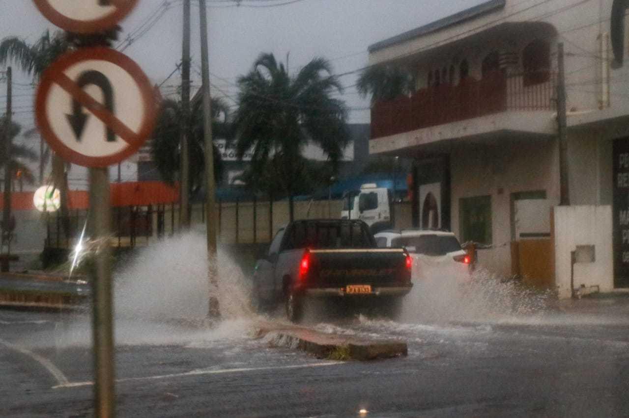 Caminhonete rasga a via alagada na Avenida Eduardo Elias Zahran em Campo Grande (Foto: Henrique Kawaminami)