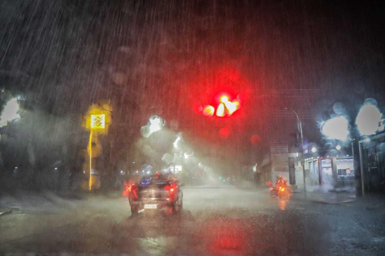Vento e chuva borram jogo de luzes no início da noite na Avenida Bandeirantes (Foto: Henrique Kawaminami