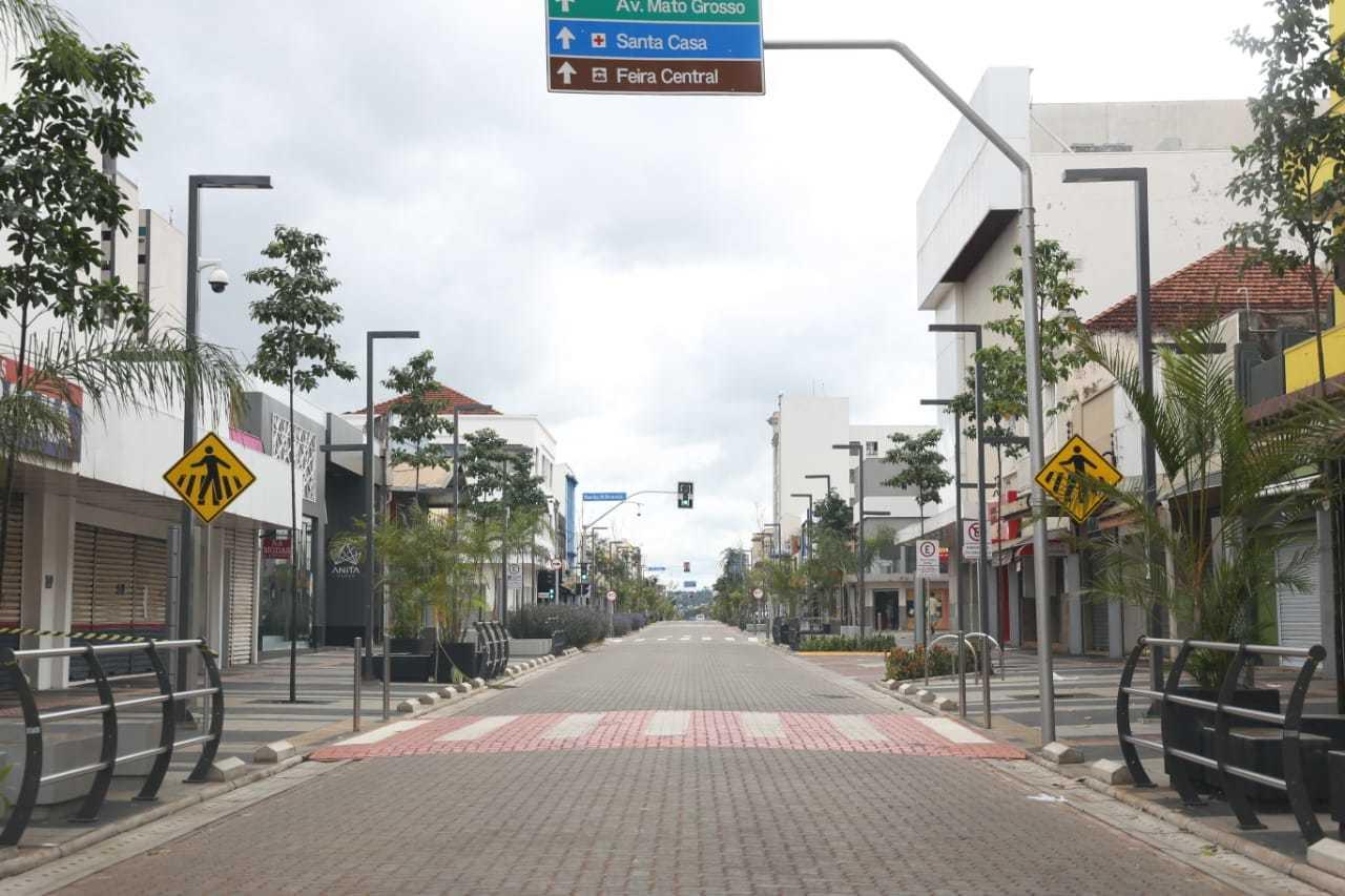 Domingo de manhã: a nova 14 de Julho é uma rua vazia e silenciosa no Centro de Campo Grande. (Foto: Paulo Francis)