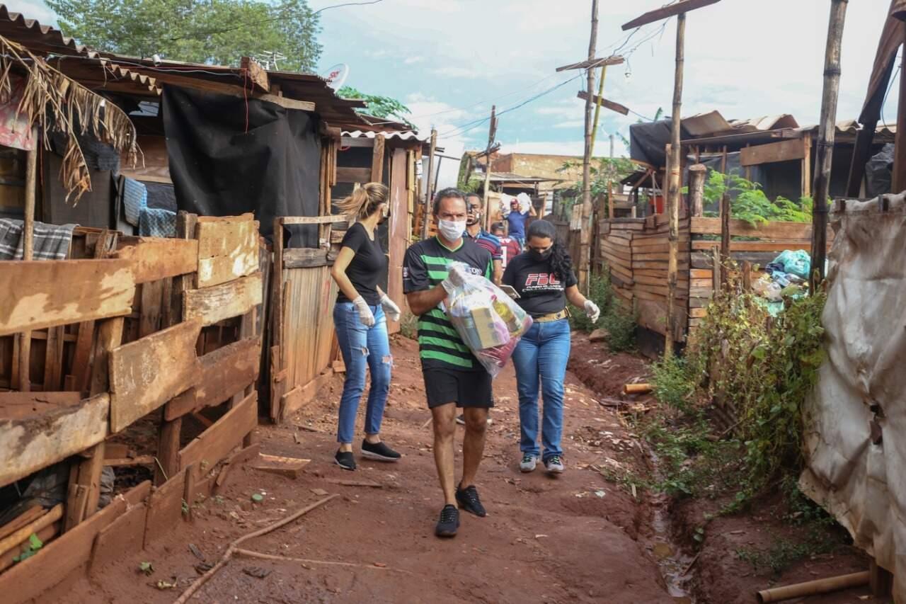 Marquinhos chega para entrega de cestas na Favela do Mandela (Foto: Paulo Francis)