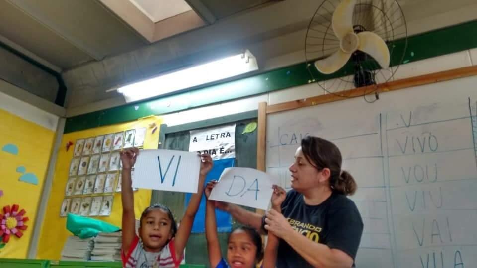 Walquiria em sala de aula, trabalhando a alfabetização. (Foto: Arquivo Pessoal)