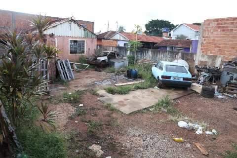 """Oficina abandonada na Vila Margarida vira """"casa"""" para ratos e criadouro do Aedes"""