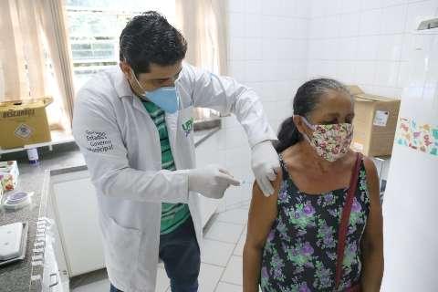 Dez postos retomam vacinação e algumas farmácias só aplicam doses amanhã
