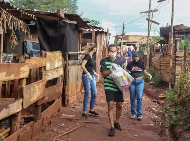 Ontem à tarde, prefeito Marquinhos Trad entrgou cestas básicas em comunidades carentes. (Foto: Paulo Francis)