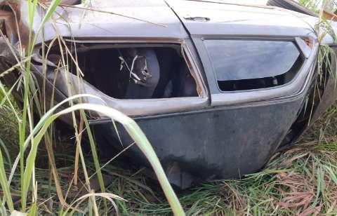 Motorista perde controle de direção e capota carro na MS-306