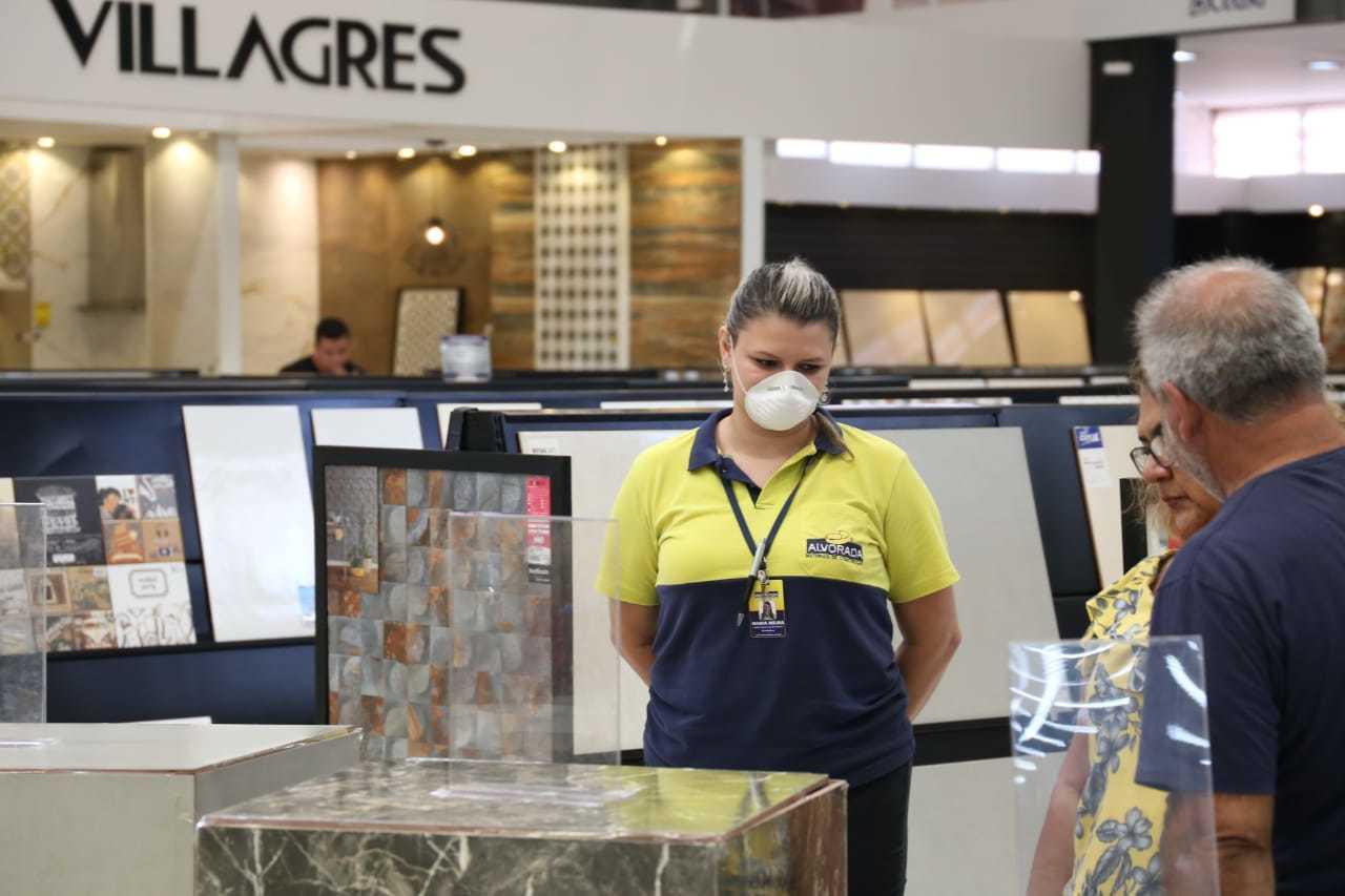 Funcionário atende clintem usando máscara. (Foto Paulo Francis)