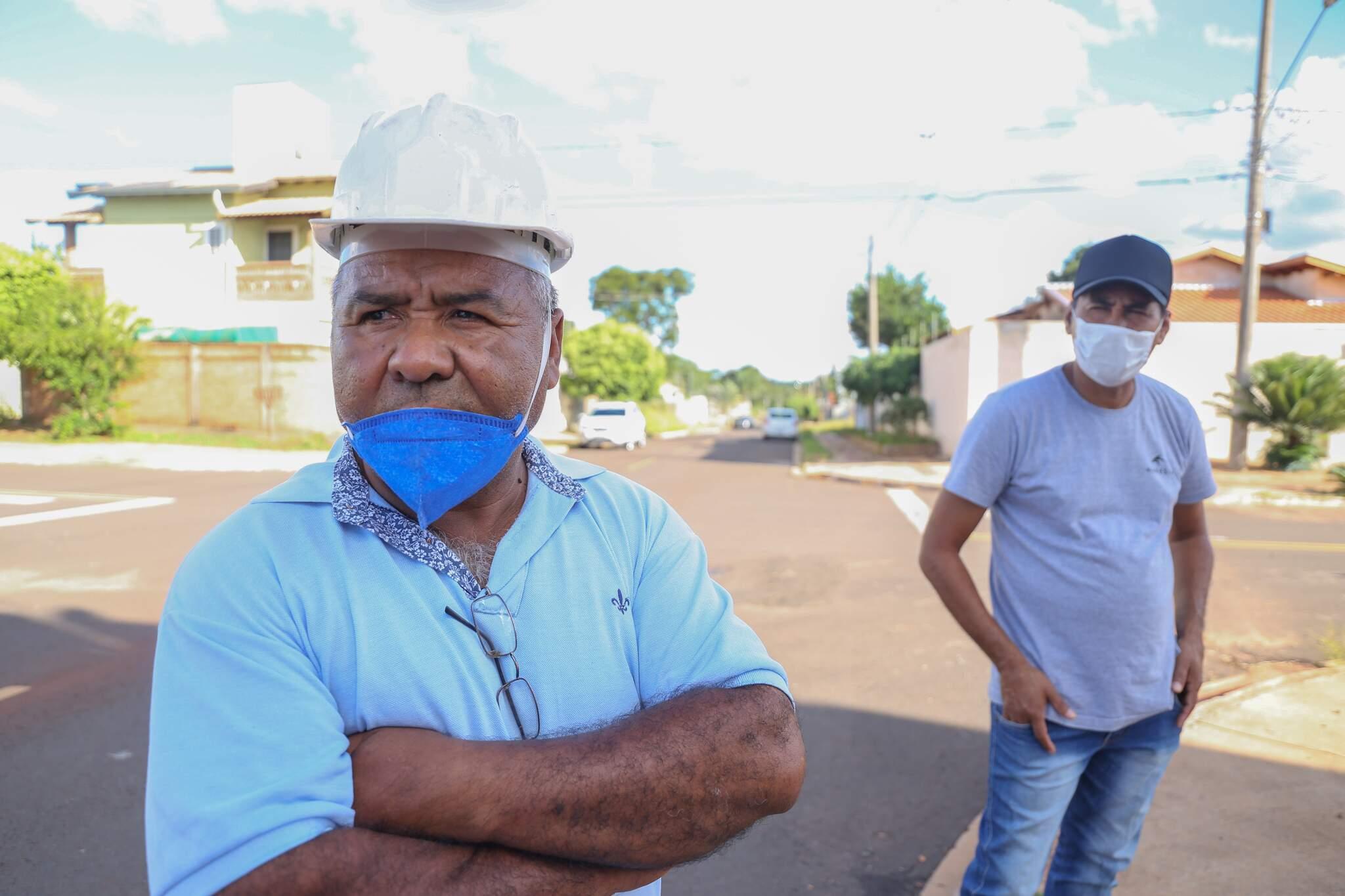 Construtor, Crispim (à esquerda) afirma que diversas medidas foram adotadas em canteiro de obras (Foto: Paulo Francis)