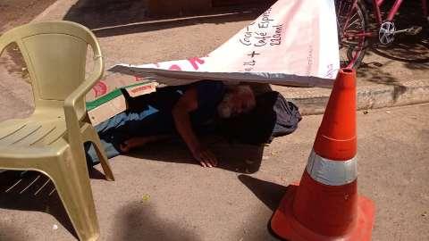Moradores improvisam sombra a idoso que ficou 2h sem ambulância
