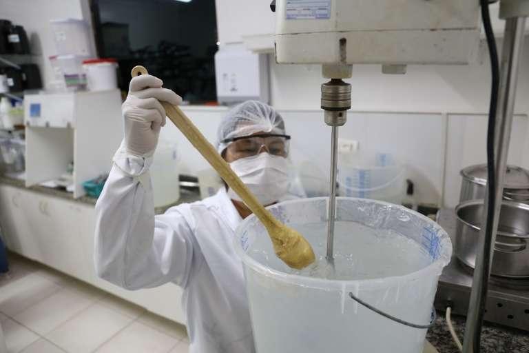 Estoque de álcool em gel segue zerado e opção é manipular 300 ml por R$ 17