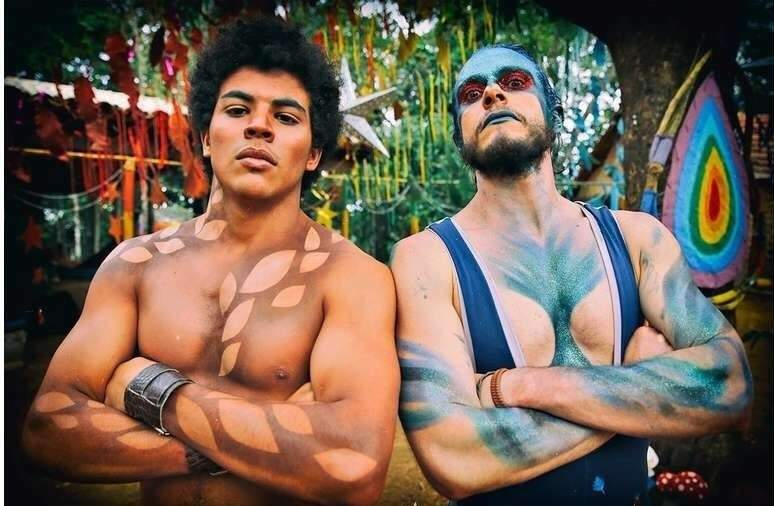 """Tero Queiroz à esquerda ao lado do colega de cena da série """"Insustentáveis"""". (Foto: Mario Friedlander)"""
