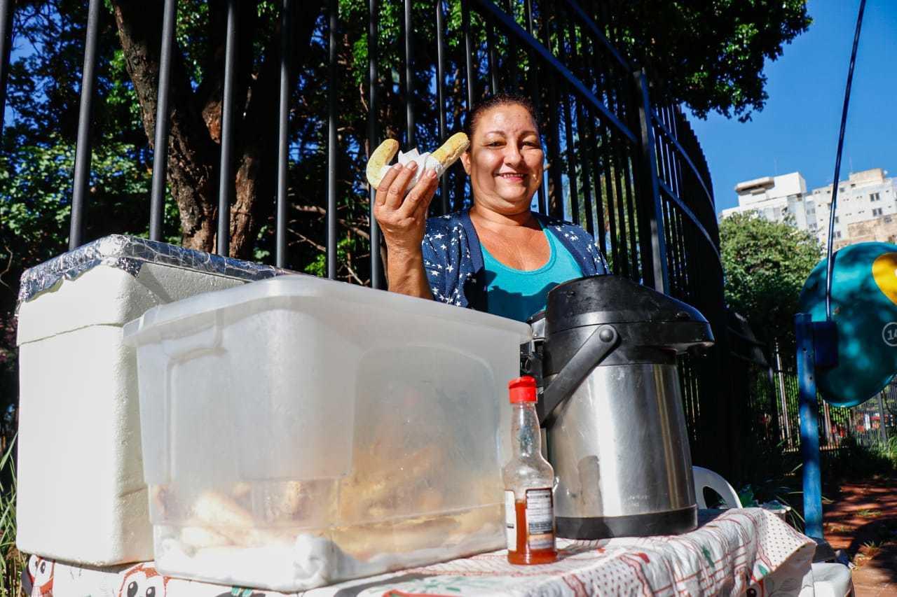 Clarice Freira vende salgados e cafezinho em frente à Praça Ary Coelho (Foto: Henrique Kawaminami)