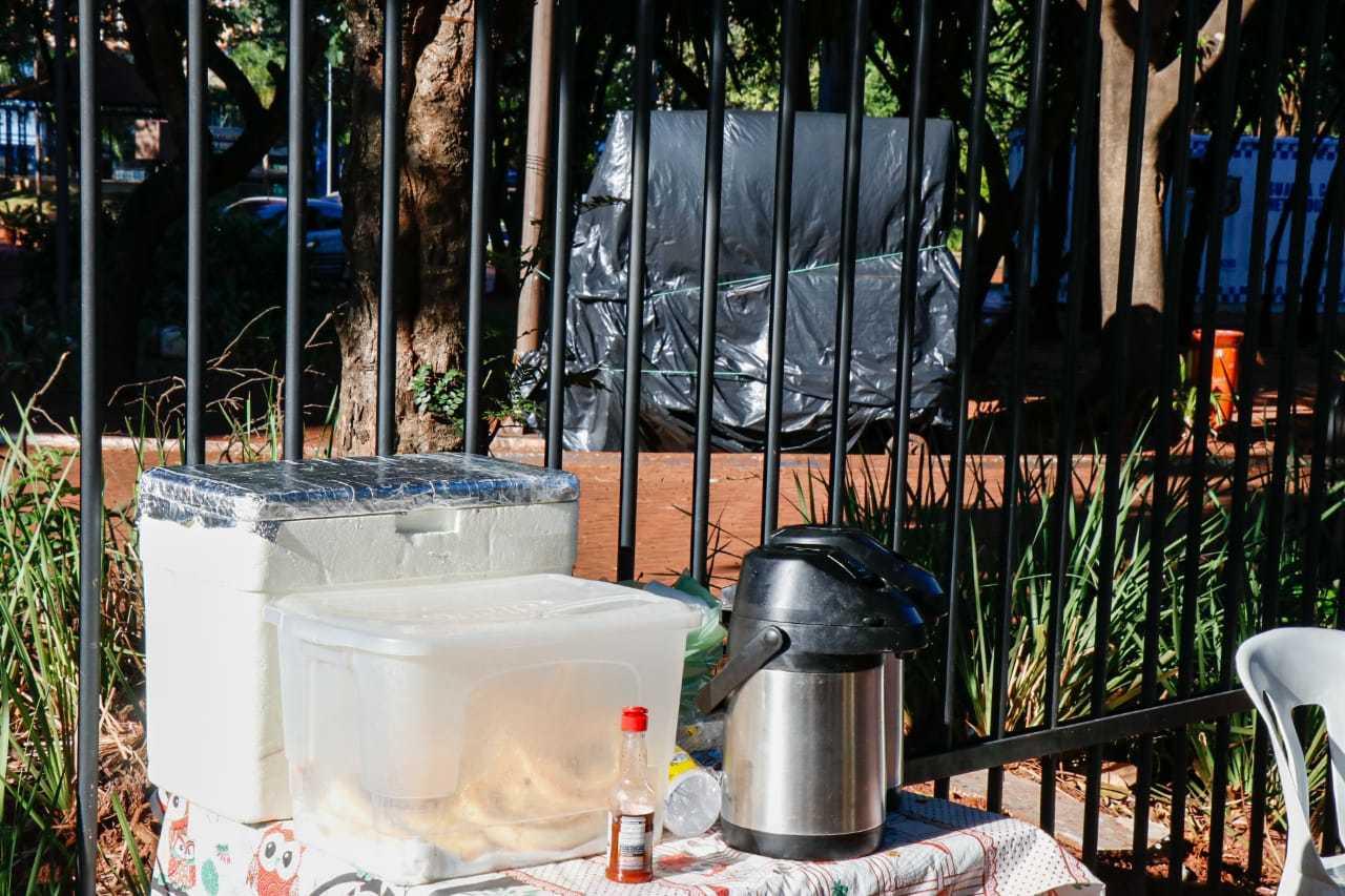 Aos fundos da banca de salgados, barraquinha de churrasco grego jaz na praça fechada (Foto: Henrique Kawaminami)