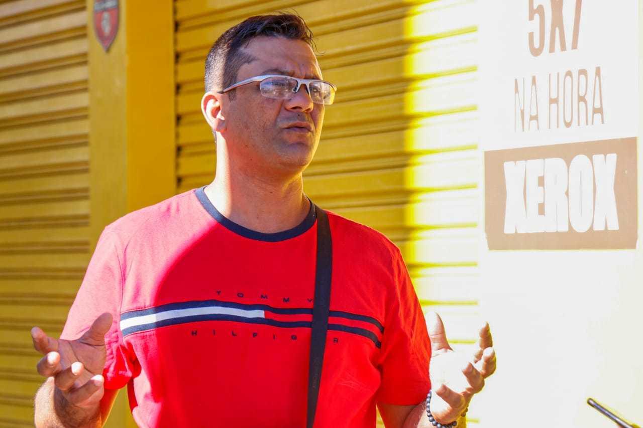 Mauro de Oliveira, motorista de aplicativo, comparou movimento de março com de agosto (Foto: Henrique Kawaminami)