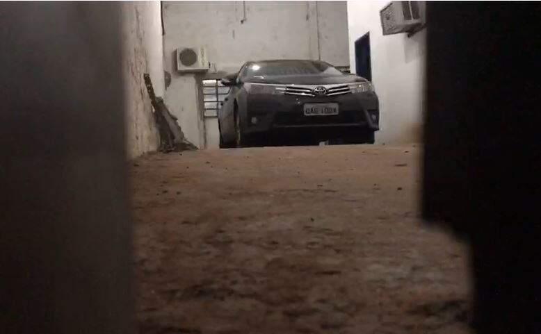 Carro foi colocado dentro da garagem e depois luzes foram apagadas para evitar fotos de Giroto. (Foto: Henrique Kawaminami)