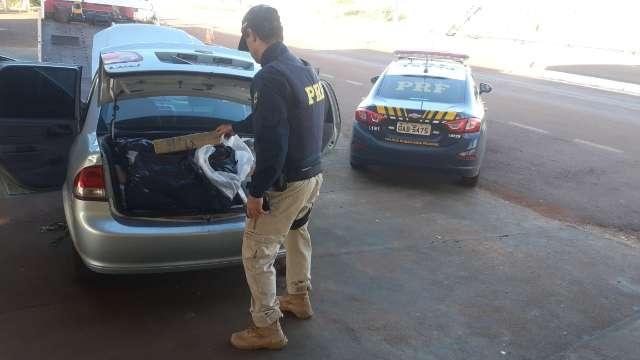 """PRF encontra carro camuflado e """"recheado"""" de drogas à margem da BR-463"""