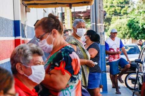 Idosos chegam de madrugada na tentativa de finalmente receberem vacina da gripe