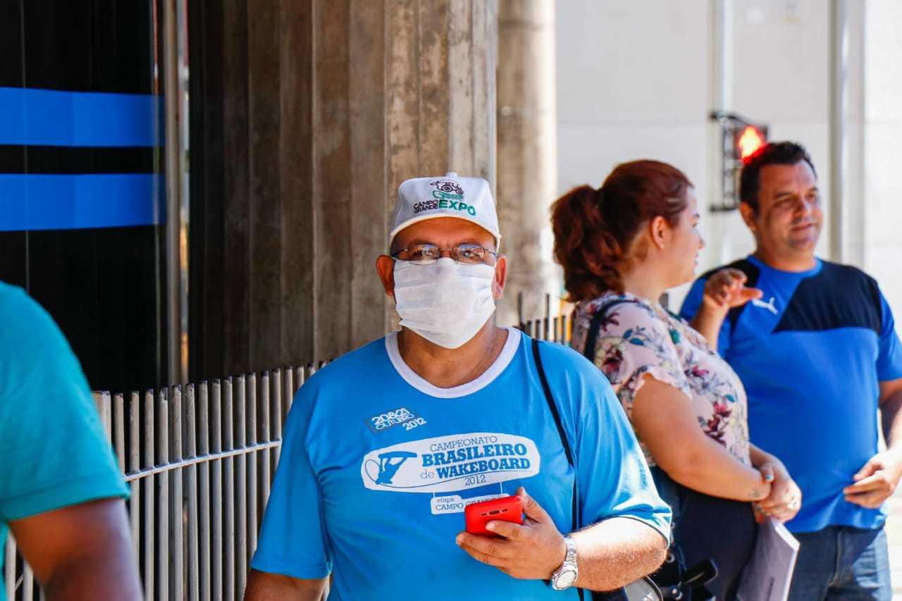 Morador utilizando máscara de proteção, uma das formas de se prevenir da doença. (Foto: Henrique Kawaminami)
