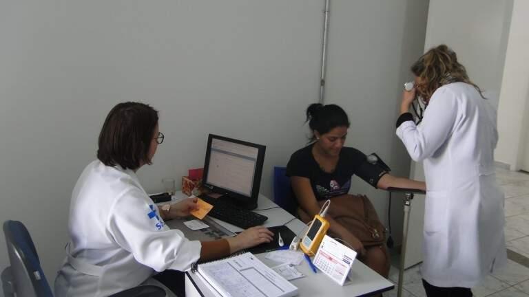 Profissionais da saúde atendendo paciente na Capital. (Foto: DivulgaçãoPMCG)