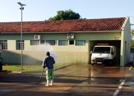 Em Bataguassu, composição de cloro e água é aplicado próximo às unidades de saúde (Foto: Divulgação/Prefeitura de Bataguassu)