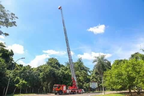 Estendida pela 1ª vez, escada Magirus gigante rouba a cena no Parque dos Poderes